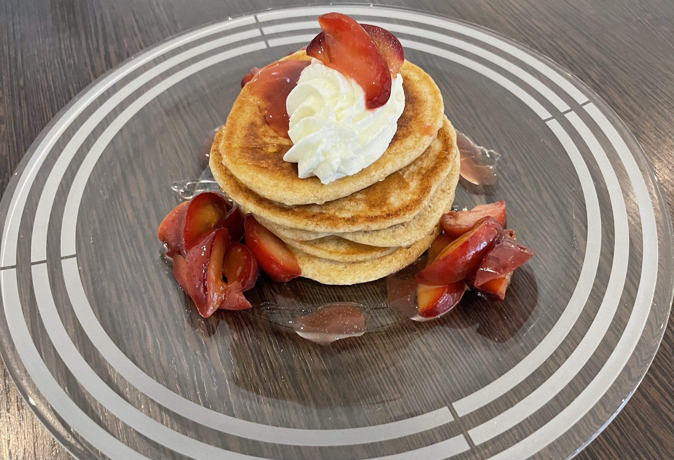 Vollkorn-Protein Pfannkuchen mit Honigpflaumen und Magerquark