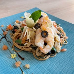 Vollkornspaghetti mit Garnelen, Oliven, Tomaten, Basilikum und Hartkäse