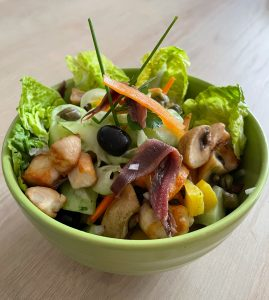 Rohkostsalat mit Hähnchenbrust, gebratenen Pilzen, Kapern, Sardellen und Kräuter-Senfdressing