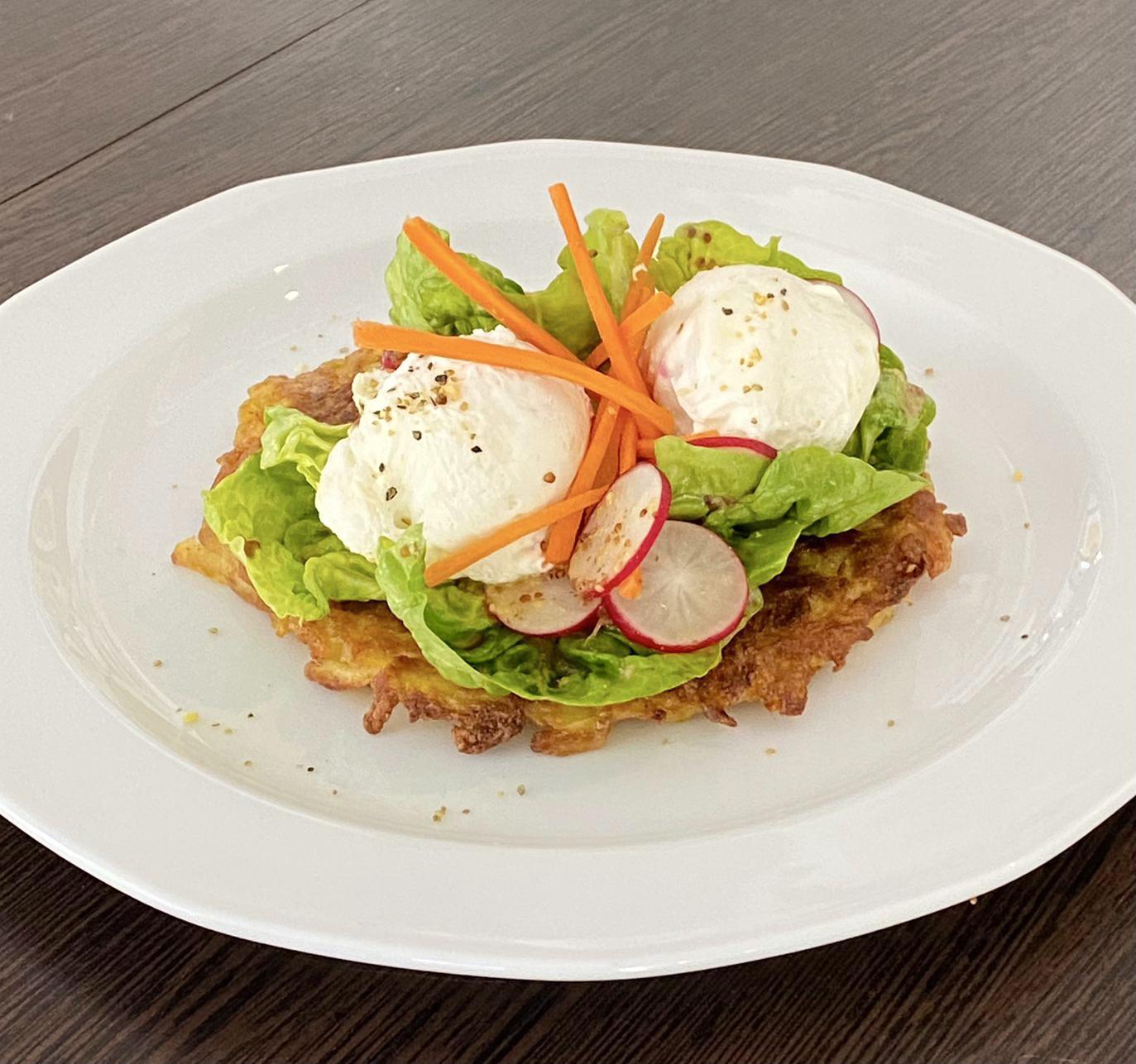 You are currently viewing Pochiertes Ei mit Buchweizen-Reibekuchen, Salatherzen und Balsamico-Senfdressing