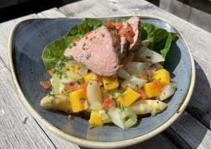 Read more about the article Spargel-Mango Salat mit Spargelbouillon