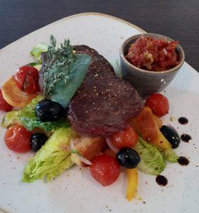 Read more about the article Rinderrücken an gebratenen Salatherzen und Tomaten-Gurken Dip